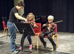 Her underviser Berit Fonnes elevene Håvard Dehli og Maren Sollie Aukland i notenes kompliserte verden. (Foto: Håvard Vance Gram)